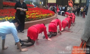 company-asks-employees-crawl-on-street-to-challenge-pressure-01-600x358
