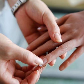Grudando as unhas