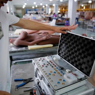 Trabalhador testando inteligencia artificial nas bonecas sexuais